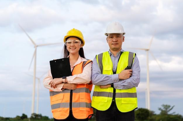 Jong ingenieursteam dat tegen windturbinepark werkt