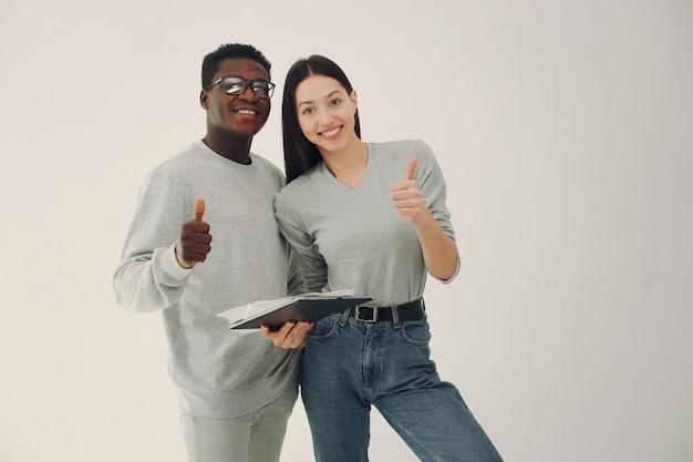 Jong internationaal paar dat en tablet werkt samenwerkt