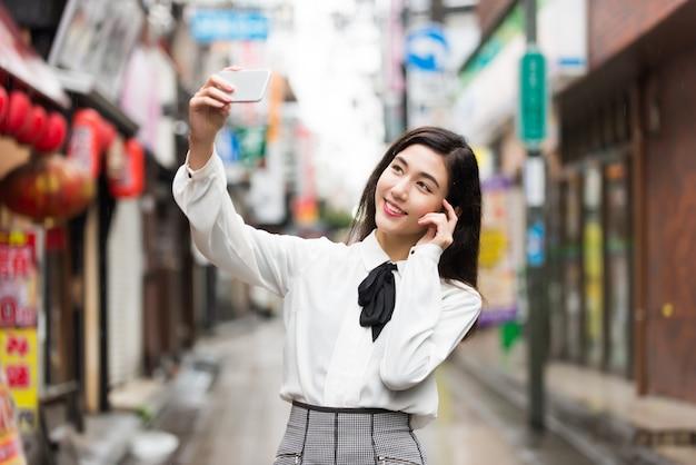 Jong japans meisje buitenshuis
