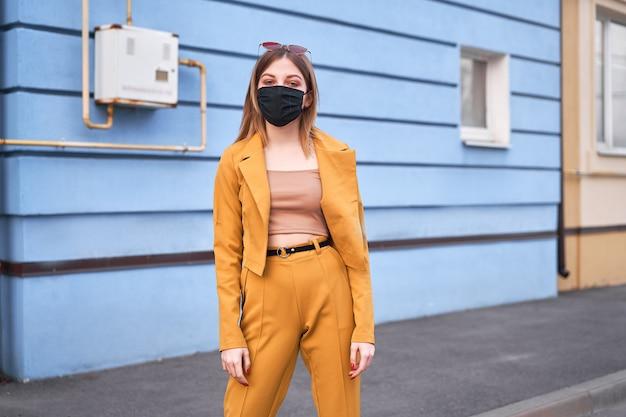 Jong kaukasisch europees meisje 20 jaar oud die zwarte beschermende medische maskerbescherming draagt tegen epidemisch coronavirus covid-19
