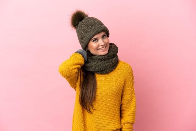 Jong kaukasisch meisje met wintermuts geïsoleerd lachen