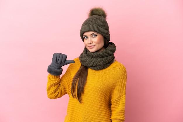 Jong kaukasisch meisje met wintermuts geïsoleerd trots en zelfvoldaan