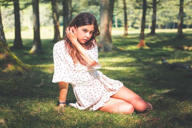 Jong kaukasisch meisje poseren in het bos
