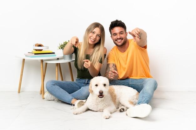 Jong kaukasisch paar met hond die thuis blijft