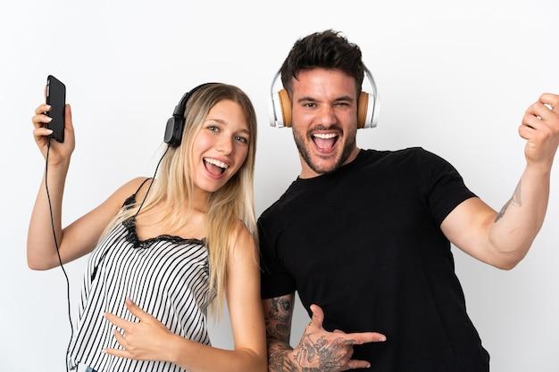 Jong kaukasisch paar over het luisteren van muziek en gitaargebaar doen