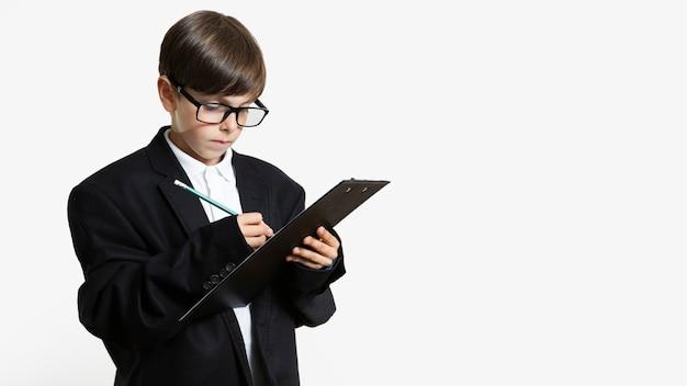 Jong kind in een pak met een bril