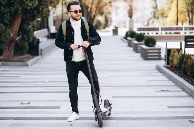 Jong knap personenvervoer op autoped in het park