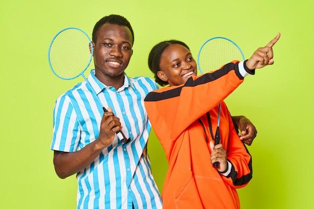 Jong koppel afrikaanse uitstraling met tennisracket