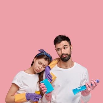 Jong koppel bedrijf schoonmaakmiddelen
