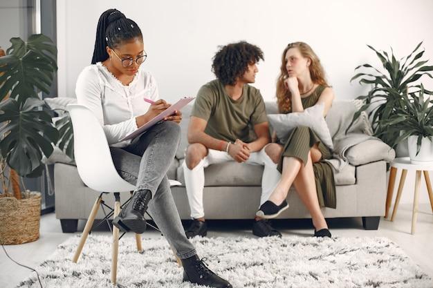 Jong koppel bij psycholoog. relatieproblemen bespreken met hun therapeut.