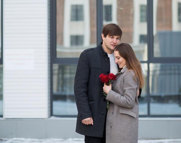 Jong koppel boeket rozen in de stad. valentijnsdag