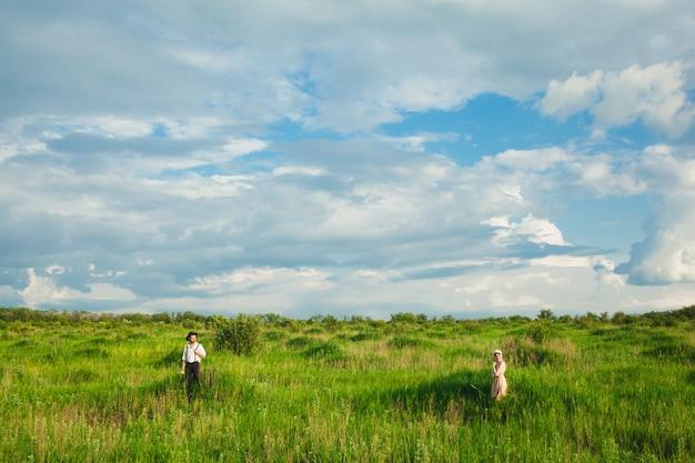 Jong koppel boeren in het veld.