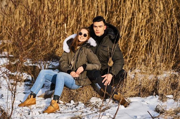 Jong koppel buiten in de winter