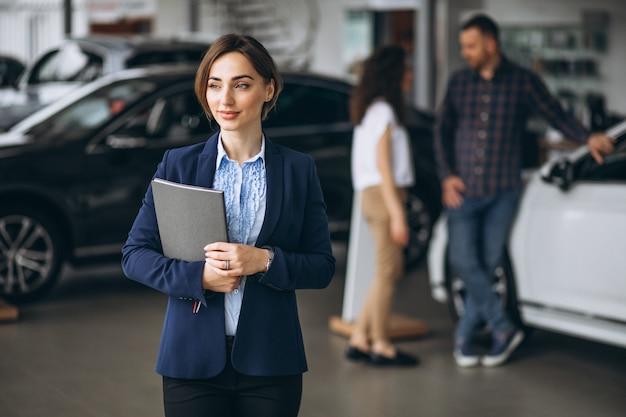 Jong koppel byuing een auto in een auto-showroom