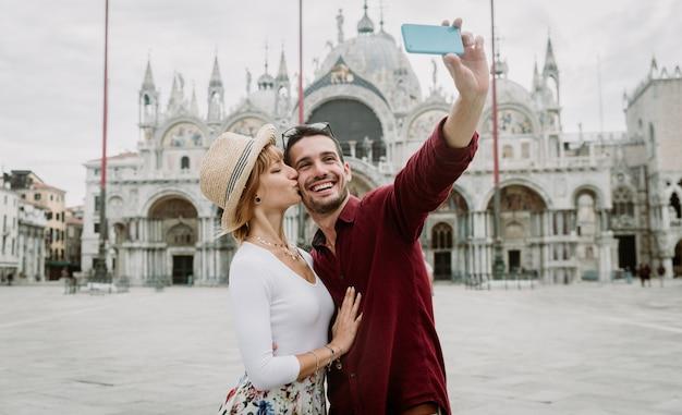 Jong koppel dat een selfie in een stad neemt