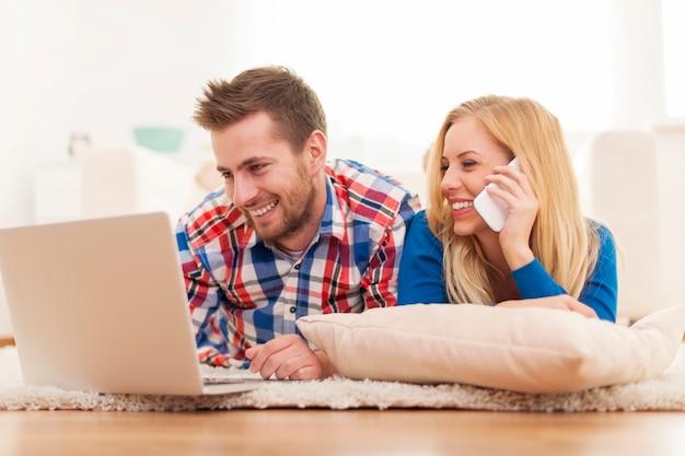 Jong koppel dat online bestelling plaatst