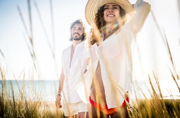 Jong koppel delen gelukkig en liefde stemming op het strand