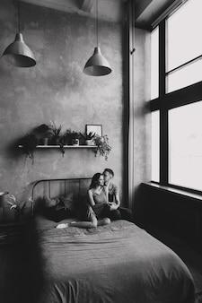 Jong koppel diep verliefd knuffelen en kussen. valentijnsdag, liefde, romantisch, familie concept. zwart-wit foto