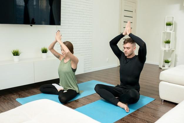 Jong koppel doen yoga