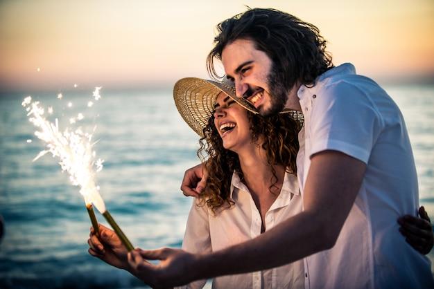 Jong koppel gelukkig en liefde stemming op het strand delen