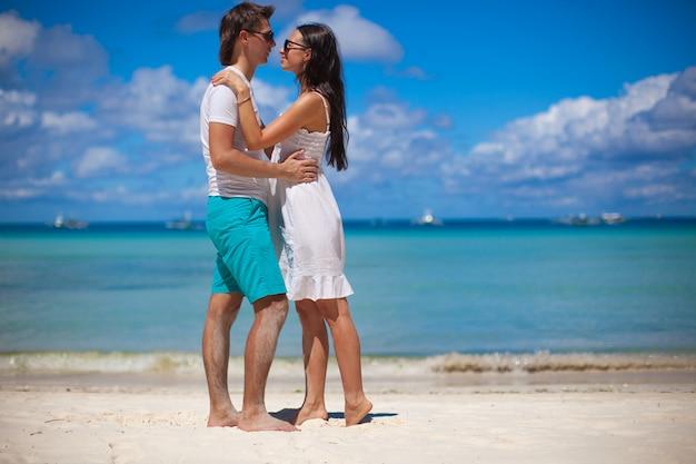 Jong koppel genieten van elkaar op een tropisch strand