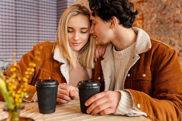 Jong koppel genieten van kopje koffie