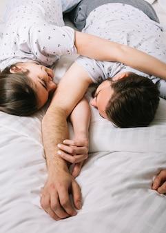 Jong koppel in bed in de ochtend