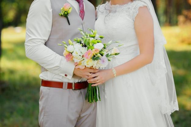 Jong koppel in de liefde, bruidegom en de bruid in trouwjurk op de aard. huwelijk.