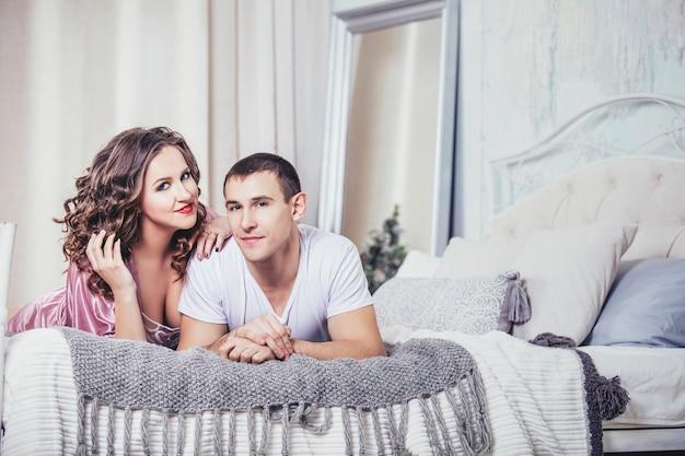 Jong koppel in de slaapkamer op een romantische date samen verliefd en gelukkig
