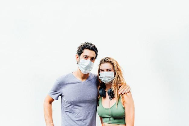 Jong koppel in de straat met masker