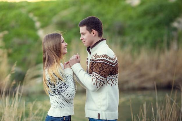 Jong koppel in liefde buiten