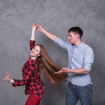 Jong koppel in shirts dansen