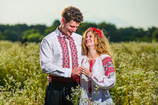 Jong koppel in traditionele oekraïense dreses