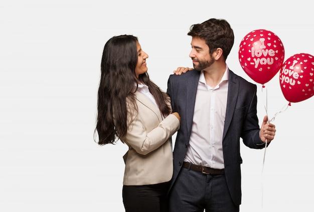 Jong koppel in valentijnsdag aan de kant op zoek naar voren