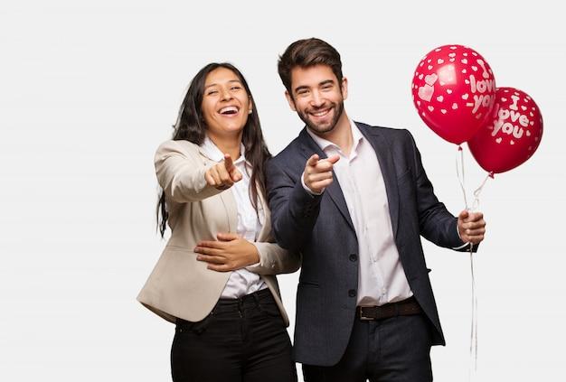 Jong koppel in valentijnsdag dromen van het bereiken van doelen en doeleinden