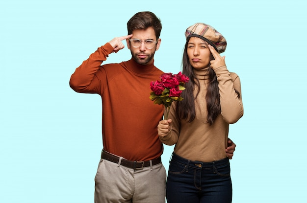 Jong koppel in valentijnsdag een concentratie gebaar te doen