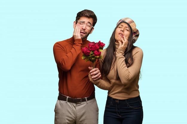 Jong koppel in valentijnsdag wanhopig en verdrietig