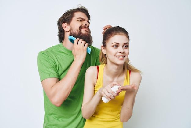 Jong koppel in veelkleurige tshirts hygiëne gezichtsverzorging gezonde ochtend