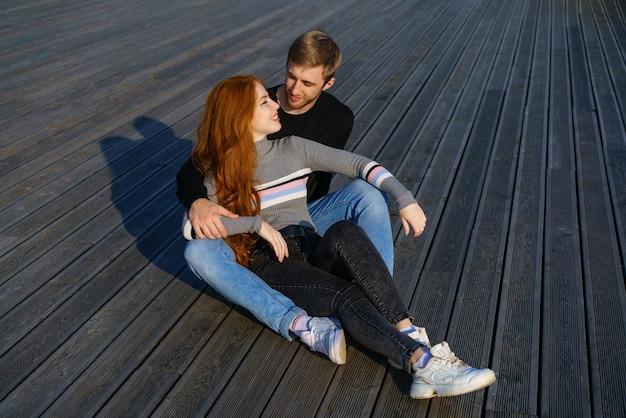 Jong koppel jongen en meisje met rood haar van kaukasisch uiterlijk in vrijetijdskleding zonnige dag