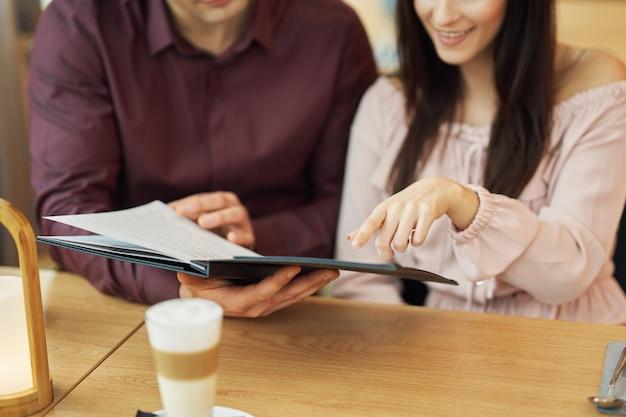 Jong koppel kijken naar menu in cafe