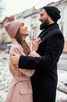 Jong koppel knuffelen en kijken naar elkaar