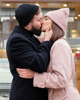 Jong koppel knuffelen en kussen
