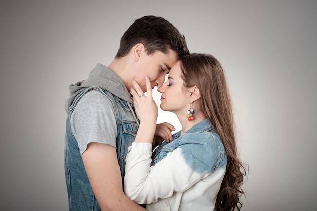 Jong koppel knuffelen in de liefde