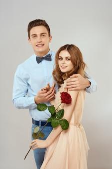Jong koppel knuffels romantiek dating levensstijl relatie