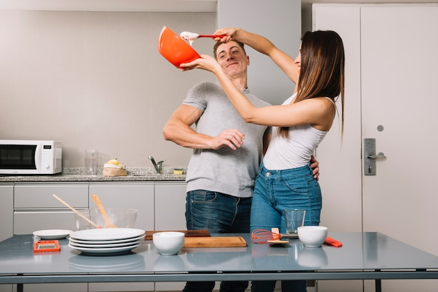 Jong koppel koken samen in de keuken