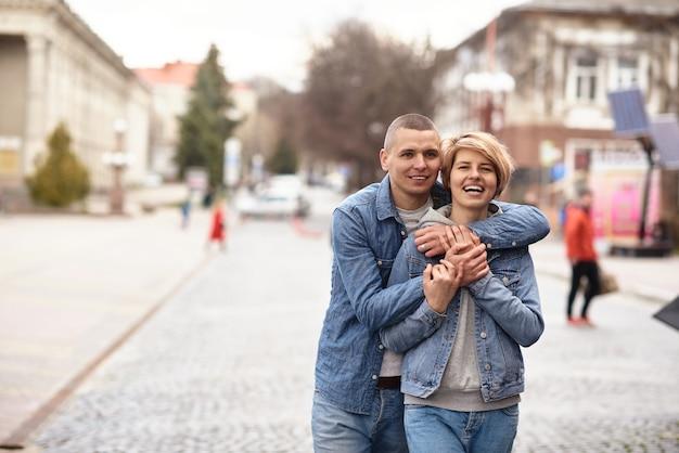 Jong koppel lopend in de straat van een gezellige stad