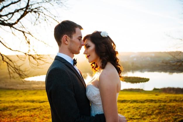 Jong koppel man en vrouw zachtjes en hartstochtelijk omhelzen elkaar