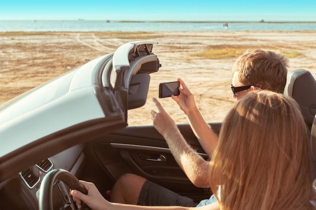 Jong koppel met de auto reizen