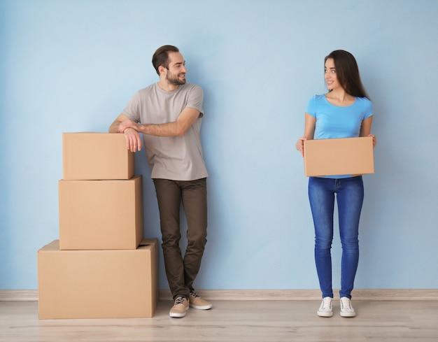 Jong koppel met dozen binnenshuis. verhuizen naar nieuw huis