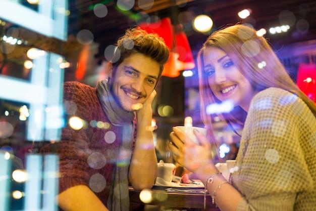 Jong koppel met een datum in het restaurant 's nachts